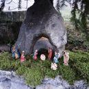 pod kamnom, prinešenim z viševnika