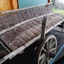 pri gasilskem domu v telčah lahko vidimo tale star pleteni voz...