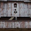 lesena čipkasta bordura in nad njo monštranca...