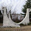 spomenik ob cesti pri črnem kalu