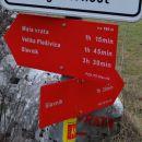 razcep malo iz vasi, žal je leva pot menda slabo označena in težko sledljiva