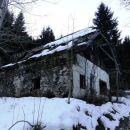 zapuščena hiša vztrajno propada