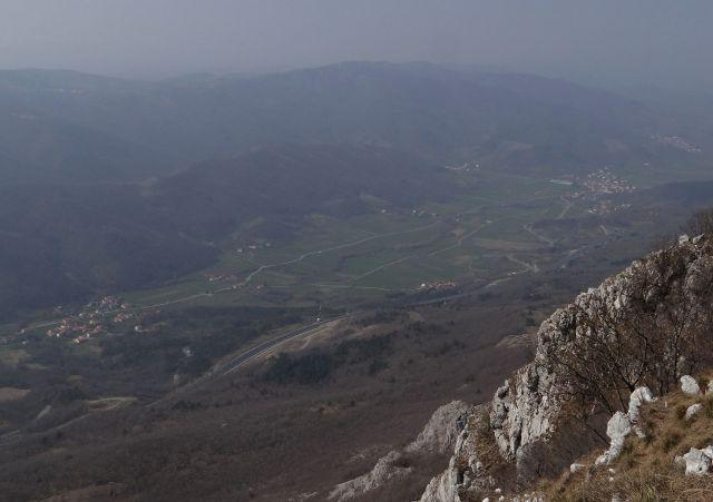 Pogled v dolino, vidi se avtocesta in tunel rebernice