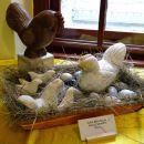 iz kamna izklesana kokošja družina