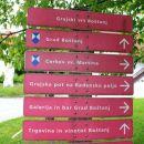 desno po grajski poti..prva, zadnja in edina oznaka poti...