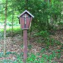 znamenje sredi gozda