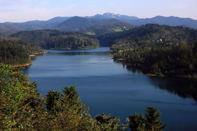 Lokvarsko jezero z razgledišča ob stari cesti Delnice - Reka