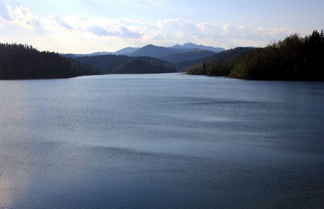 Lokvarsko jezero z zajezitvene pregrade nad krajem lokve