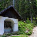 ta velika postaja križevega pota, kjer se odlagajo kamni, ki simbolizirajo skrbi...