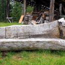 leseni kavč pred bivakom