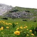 na skalnem robu se vidi bivak, blizu njega je večji vojaški bunker iz 1. sv. vojne