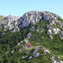 skalni masiv velikega risnjaka, pod njim planinski dom risnjak (schlosserov dom)