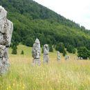 spomenik je postavljen v obliki 26-ih skalnih monolitov