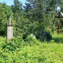 zapuščeno pokopališče ob ruševinah cerkve