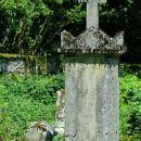 tale nagrobnik še stoji pokonci, vendar napisi so nerazpoznavni