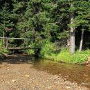 začetek poti na lovrenška jezera gre čez mostiček...