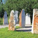 9 kamnov postavljenih v spiralo pri muzeju cerkniškega jezera