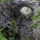 pogled na malo naravno okno iz zelških jam