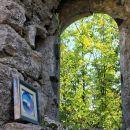 nekdo je položil lepo sliko med ruševine
