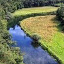 pogled na travnike ob reki Rak
