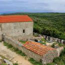 cerkev s pokopališčem je malo umaknjena od naselja