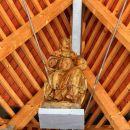 pod ostrešjem je pritrjen lesen kip sv. jere