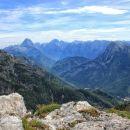 levo mangrt, desno jalovec, v ospredju desno jerebica... z vrha nad prelazom scalini