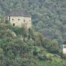 grad kostel in cerkev sv. treh kraljev približana od daleč