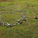 kamniti srček s puščico pod gradiščem