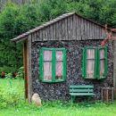 ustvarjalno postavljena skladovnica drv v vasi iševnica