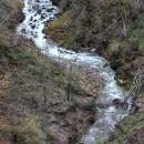 pogled z vrha na mokri potok, preden ponikne...