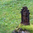 kovinski relief marije z otrokom je ostal na pozabljenem grobu