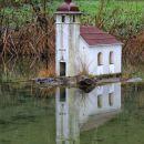 vas volčje na blokah ima 2 cerkvi: tale miniaturna na otočku...