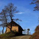 stara hiška in razpelo nekje na vetrniku