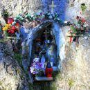 v skalo 700 m visokega srebotnika vklesana kapelica