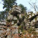 razmetani skalni skladi pod cerkom