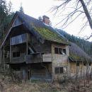 druga hiša je lesena, markantne arhitekture za lokacijo sredi gozdov...