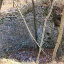 obzidana jama...