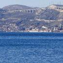 bakar na koncu bakarskega zaliva in avtocesta nad njim