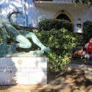 partizanski spomenik in prijatelja, ki uživata na klopci