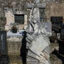 zanimiv kamnit nagrobnik