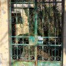 v starem mestu je veliko kovanih ograj...