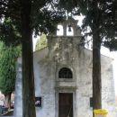 cerkev s pokopališčem ob poti k zalivu
