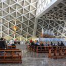 notranjost nenavadne cerkve...