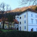 za samostanom je cerkev