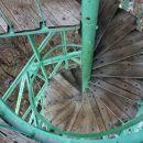 vzpon je vrtoglav, ker se stopnice do vrha vijugajo v krogu, pogled navzdol