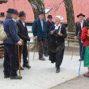 domačini v starinskih kmečkih oblačilih