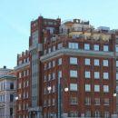 Palača Aedes, zgrajena iz rdeče opeke, stoji ob kanalu Grande.