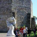 kip pred baziliko, delo slovenskega kiparja Damjana Komela