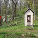 kapelica, kjer se z leve priključi pod iz Podkuma